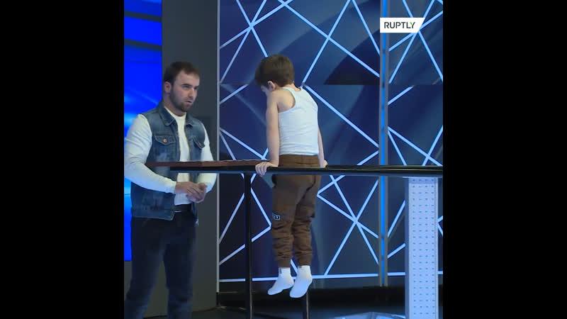 Шестилетний мальчик из Чечни отжался на брусьях 330 раз. За один подход.