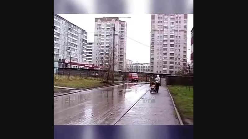 ЧМ в России, все на стадионе. А в это время, почти в пустом дворе...