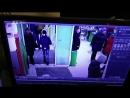 Женщина в красном забрала чужие деньги в банкомате в Пионерском