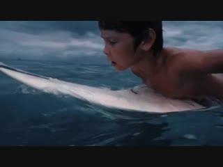 Я чуть не расплакалась, когда увидела это видео. Моего маленького мальчика..Во взрослом океане и на очень маленькой доске. Я так