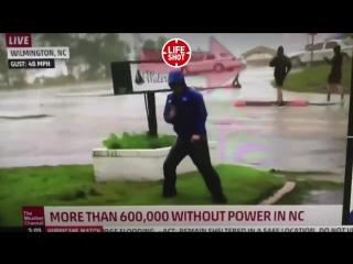 L'audience d'un journaliste américain parlant de l'ouragan Florence a été ridiculisée ...