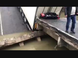 Сломал мост и раздавил отца и его трехлетнюю дочь