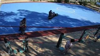 В Керчи вандалы на мопедах портят новое баскетбольно-волейбольное поле
