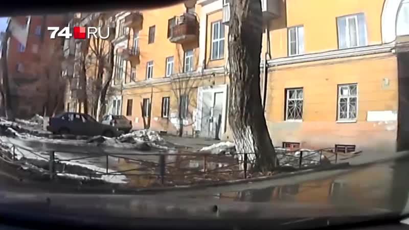 В Челябинске глыба льда упала на лобовое стекло машины