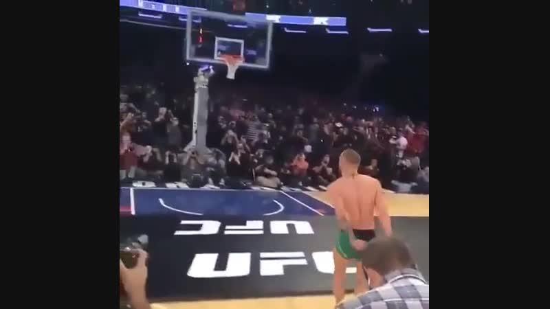 Конор играет в баскетбол
