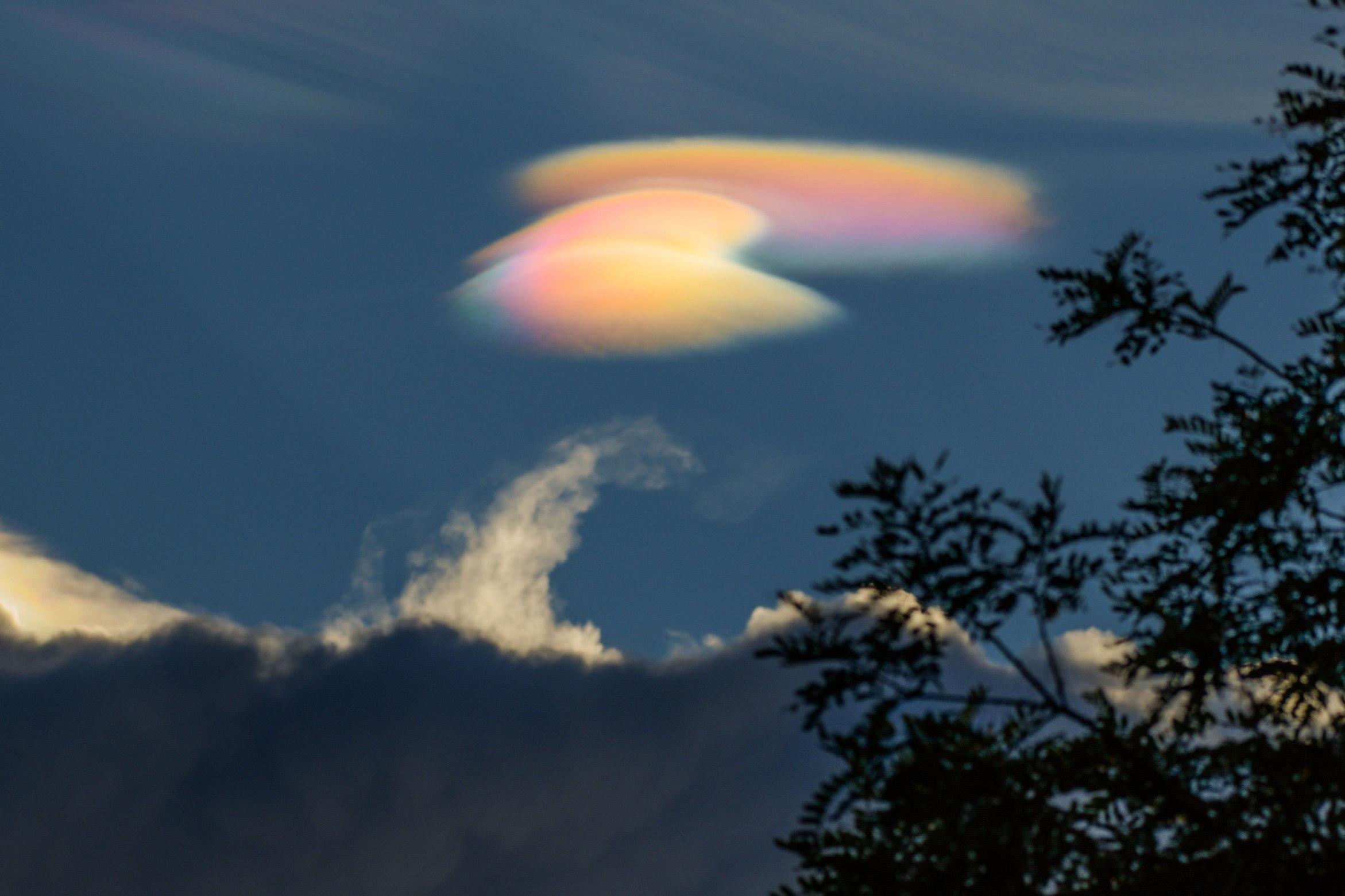 Leo Caldas on February 27 2018 Brasilia Brazil Радужное сияние иризации облака перламутра.Радуга сияния стихия воздух Облака цвета перламутр перламутровые Радужные облака — довольно редкое оптическое явление, при котором очень тонкие облака, находящиеся вблизи Солнца, окрашиваются в спектральные цвета. Обычно эти цвета пастельные, бледные, но при определенных условиях могут быть и очень яркими. Симпсон справедливо указал на то, что иризация является наиболее распространенным видом венцов — оптического явления, связанного с дифракцией света на каплях переохлажденной воды в облаках и образованием цветных кругов в облачной пелене вокруг Солнца. По своей сути, радужные облака — это части несостоявшихся венцов . И если полноценные венцы в атмосфере встречаются крайне редко, то радужные облака увидеть можно почти каждому, главное — быть внимательным! Наблюдать за радужными облаками лучше всего в темных очках, чтобы не ослепнуть, ведь появляются они только вблизи Солнца, на расстоянии около 3–15°, в отдельных случаях до 30°. Но если светило скрыто за чем-то (за другим облаком, за горой и т. д.), то иризацию можно увидеть и невооруженным глазом.