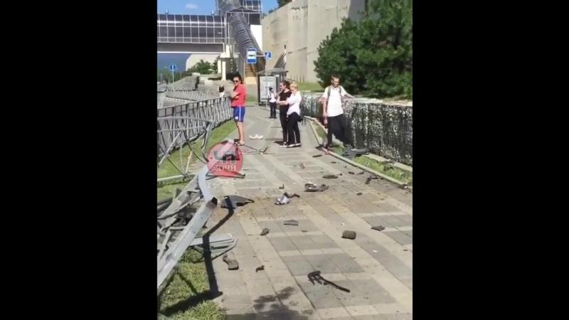 Газель в центре Сочи устроила ДТП из-за лопнувшего колеса