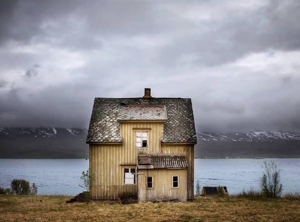Заброшенные дома за северным полярным кругом в снимках норвежского фотографа Фотограф Бритт Мари Бай уехала из Осло и начала новую жизнь в Арктике, где документирует старые, заброшенные, стоящие