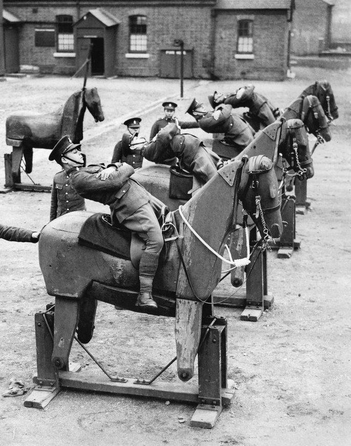 Новобранцы Королевского гусарского полка учатся балансировать на деревянных макетах, 1935 год.