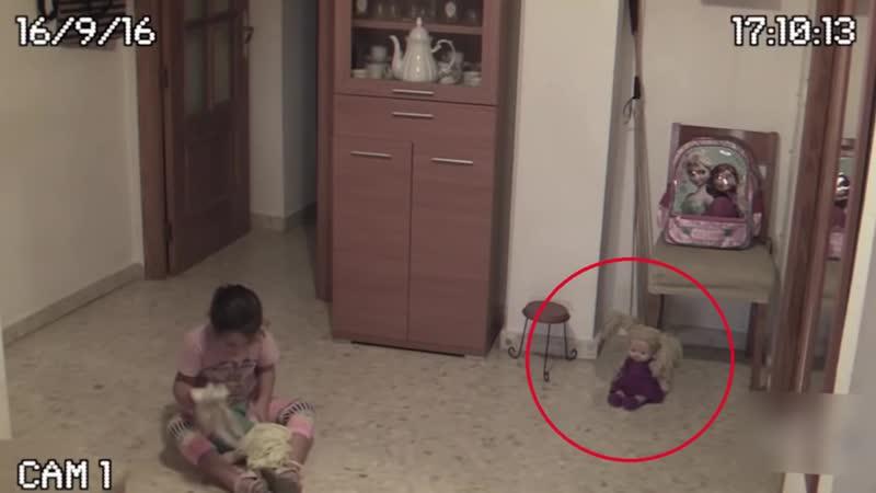 Жуткая запись! В Сети появилось видео с куклой, «ожившей» рядом с девочкой