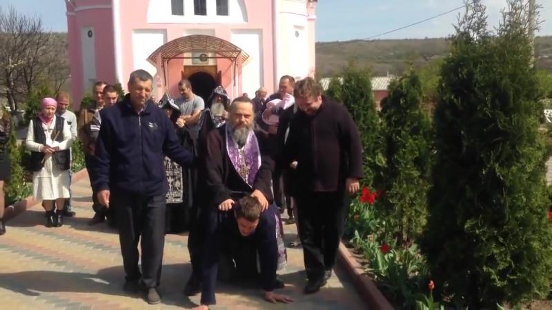 Священник изгоняет бесов катаясь верхом на больном мужчине