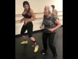 Девушка учит бабулю танцевать