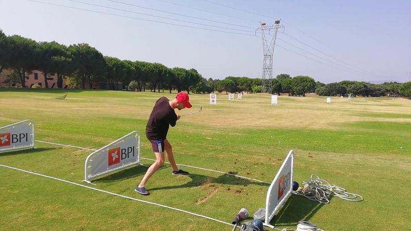 Первый раз я в гольф играю - клюшкой весело махаю . Пока только махаю , на большее ещё не способен dmcBarmaley