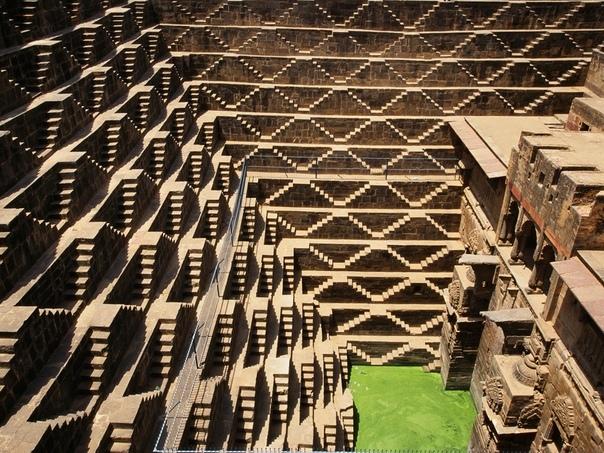 Чанд Баори — древний ступенчатый колодец в Индии. Построен между IX и XI веками. Его глубина 30 м. Всего вдоль стен выложено 3500 ступеней.