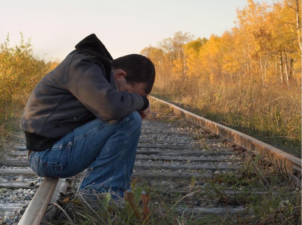 Человек, у которого есть необработанное биполярное расстройство, может проявлять суицидальные тенденции.