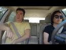 Сын зажигает в машине, пока мама за рулем