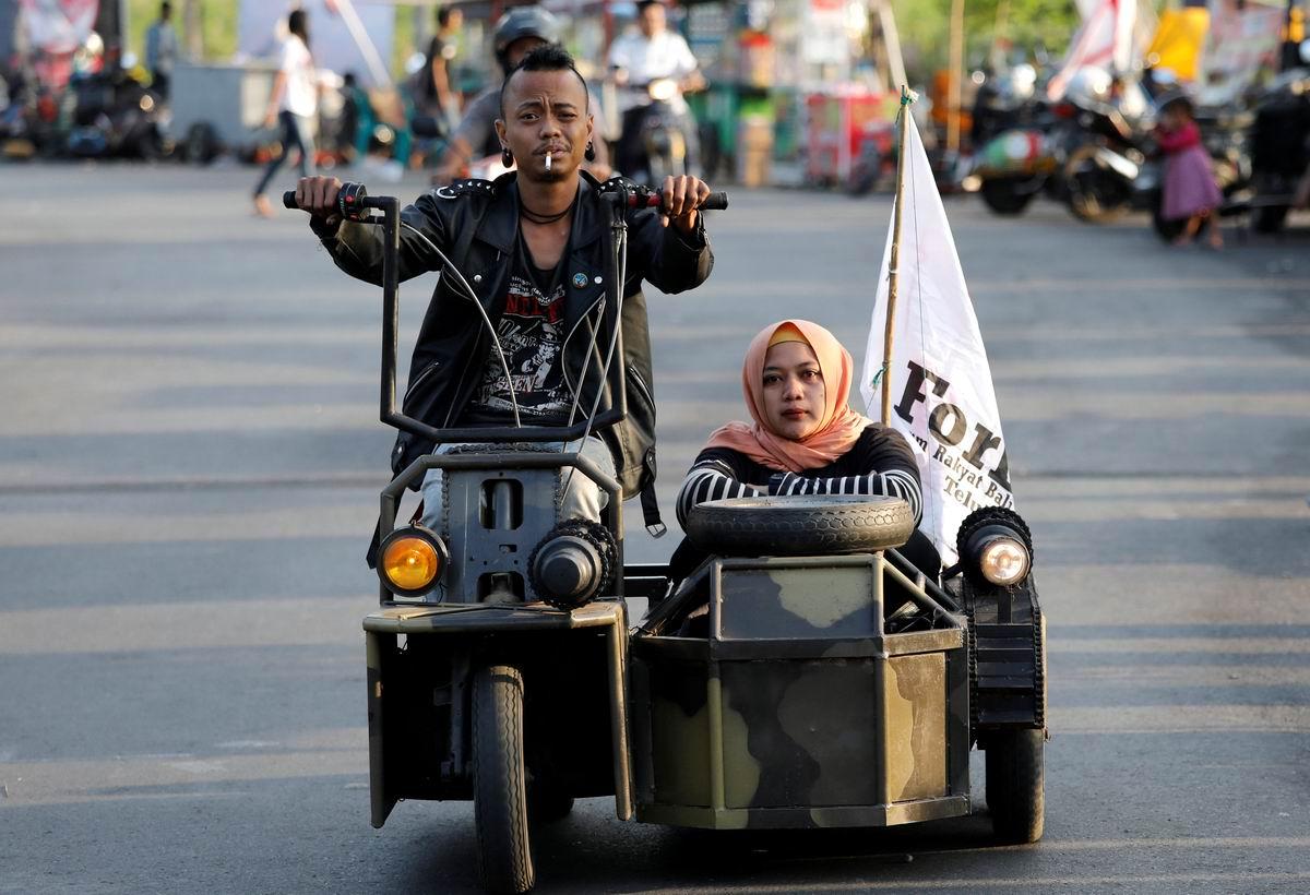 Кто куда, а мы кататься!: Семейка индонезийских мотобайкеров