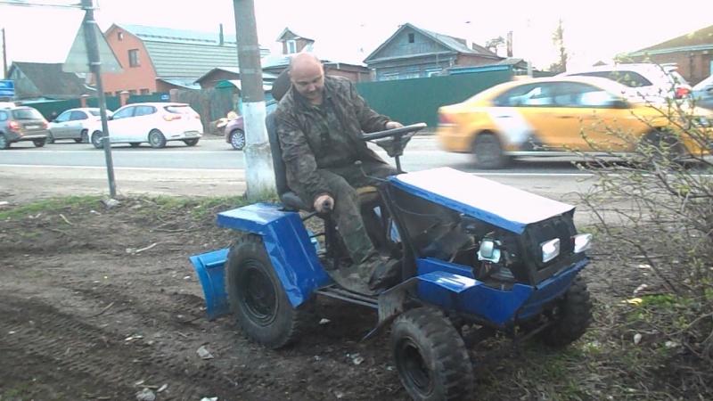 небольшой субботник перед майскими праздниками ровняю площадку перед домом и убираю мусор на своем самодельном тракторе
