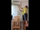 Парень пытается поймать воздух