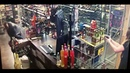 Чернокожего грабителя расстреляли сотрудницы алкомаркета.