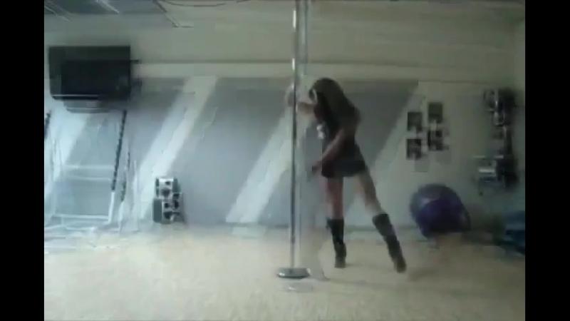 девушка красиво танцует на шесте