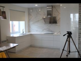 П-образная кухня с каменной столешницей