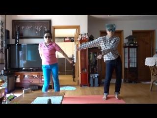 Кореец со своей мамой танцуют танец backpack kid