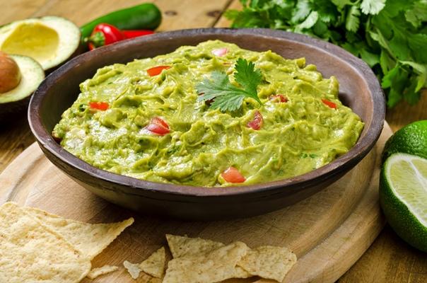 соус гуакамоле популярный мексиканский соус – гуакамоле, готовят со времен ацтеков и исключительно из даров природы. здесь главным и обязательным компонентом «выступает» авокадо, маслянистая основа которого легко растирается, пюрируется и отличается
