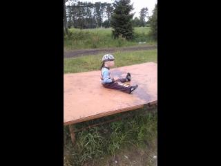 Сашенька прыгает на железном столе для настольного тенниса