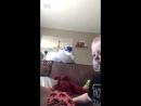 Малыш дает маме свою соску чтобы успокоить ее