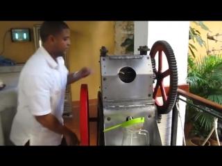 приготовление тростникового сока в Гаванском кафе