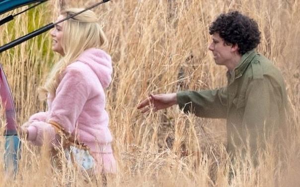 Первые фото со съёмок «Добро пожаловать в Zомбилэнд 2» Опубликованы первые фотографии со съёмок продолжения хоррор-комедии «Добро пожаловать в Zомбилэнд» с участием Вуди Харрельсона, Джесси