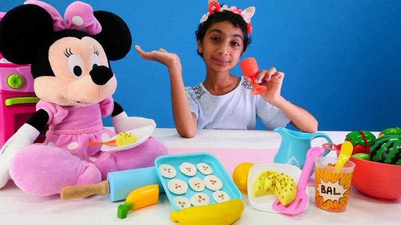 Hamur oyunları. Minnie Mouse börek yapıyor!