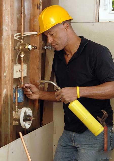 В отличие от сантехника, трубоукладчик может изготавливать трубы, а также устанавливать и обслуживать их.