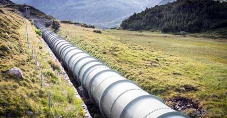 Трубопроводчики работают над крупными проектами, такими как трубопроводы.