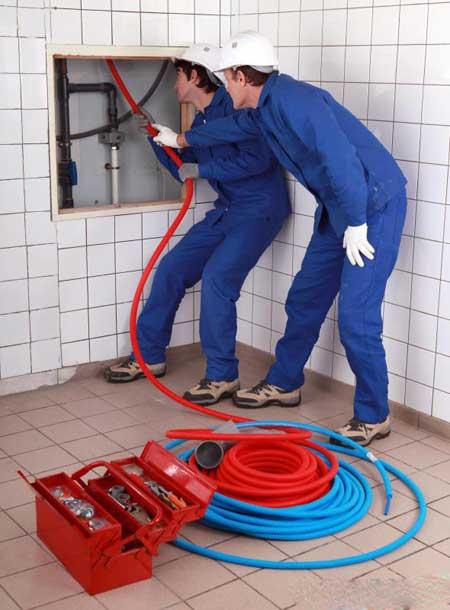 Сантехники, как правило, работают в небольших жилых и деловых проектах.