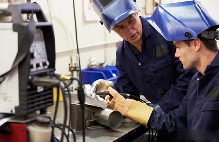 Многие промышленные компании требуют, чтобы соискатели проходили официальную подготовку по сварке до их приема на работу.