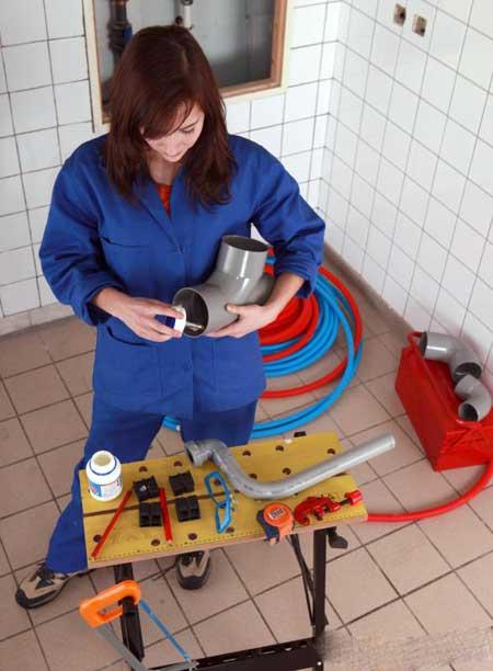Водопроводчики, как правило, больше разбираются в установке труб из ПВХ, чем монтажники.