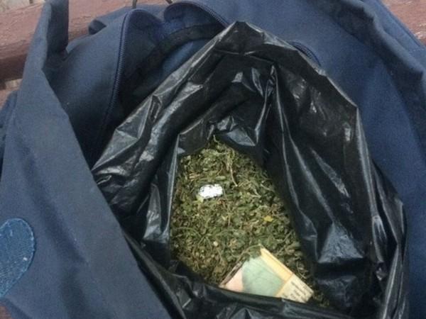 Более полукилограмма наркотиков пытался выбросить мужчина из Карачаевска, увидев полицейских
