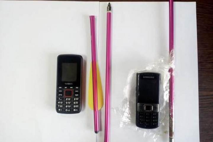 Жители Красноармейска использовали арбалет и стрелы для доставки контрабанды в колонию строгого режима