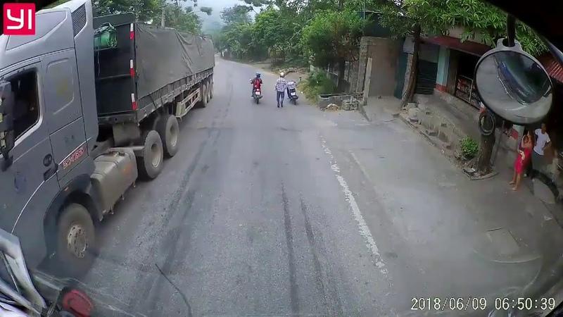 6h50 ngày 09/06/2018: Tài xế thót tim phát hiện em bé bò ra ngồi chơi giữa đường đầy xe tải...