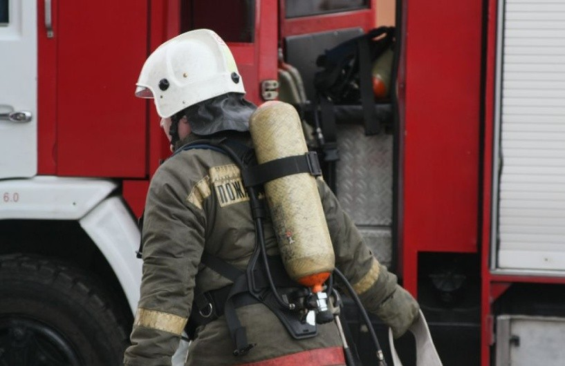 В Архызе загорелось деревянное здание
