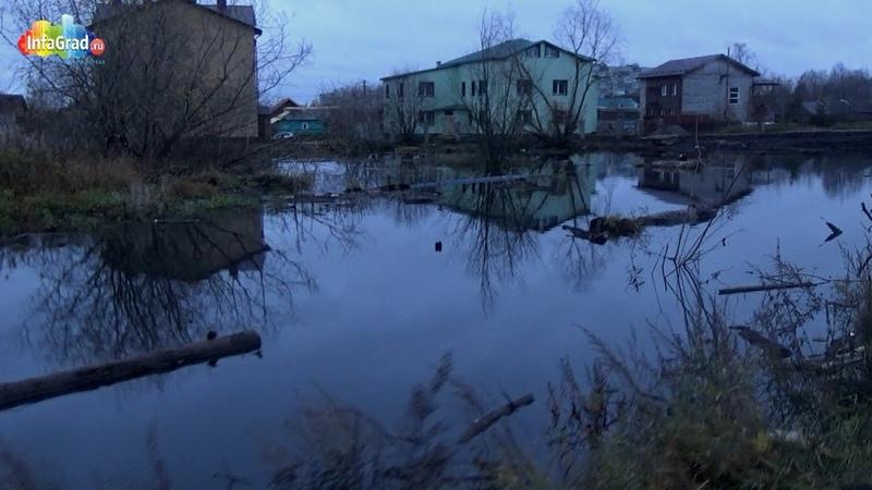 В Архангельске на улице Ленина образовалось зловонное озеро