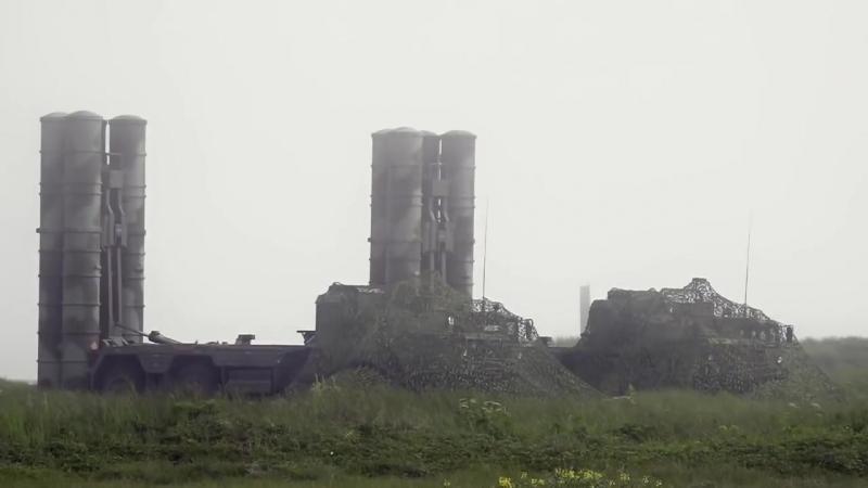 Расчеты ЗРК С-400 выполнили пуски зенитных ракет по сложной скоростной воздушной цели.