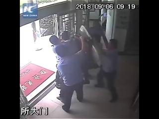 Нападение мужика с ножом на полицейский участок