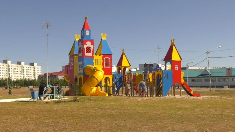 В Радужном продолжается планомерная работа по демонтажу и установке детских игровых комплексов