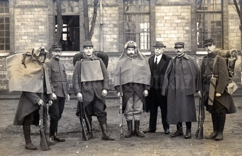 Пехотинцы 74-го пехотного полка французской армии в экспериментальных дождевиках, 1914 год.