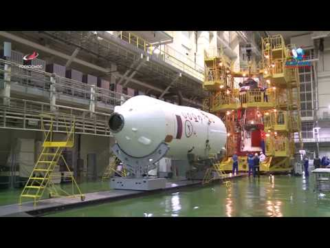 Транспортировка корабля «Союз МС-10» из барокамеры в стенд