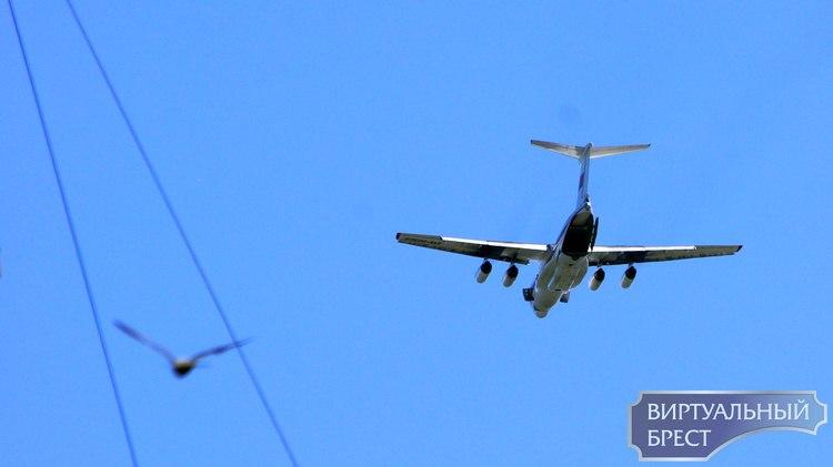 """На Брестом """"нарезает"""" круги большой самолёт. Что происходит и надо ли куда-то бежать?"""