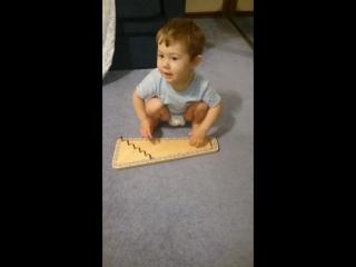 Лучезар играет на гусельной дощечке